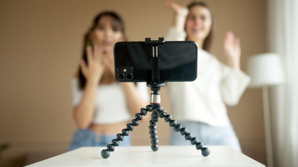 To-personer-danser-foran-mobil-på-TikTok